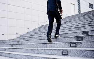 К чему снится подниматься вверх по лестнице?
