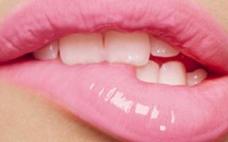К чему чешется верхняя губа: приметы о губах